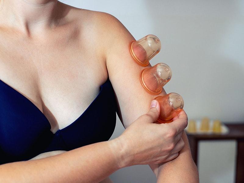 Silikonová baňka se přiloží k tělu a zmáčknutím se vytvoří podtlak.